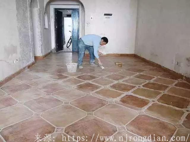 家里旧房再装修, 他居然把木地板直接铺在了旧地砖上!  行业动态  第1张