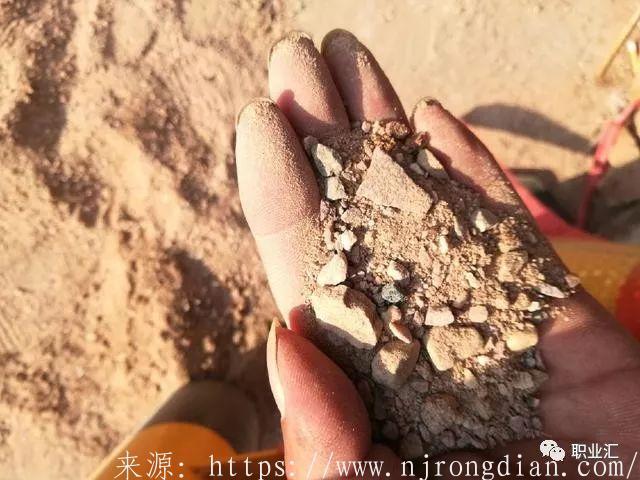 装修公司铺地砖居然用这种沙子,业主看到后坚决要求更换  行业动态  第2张