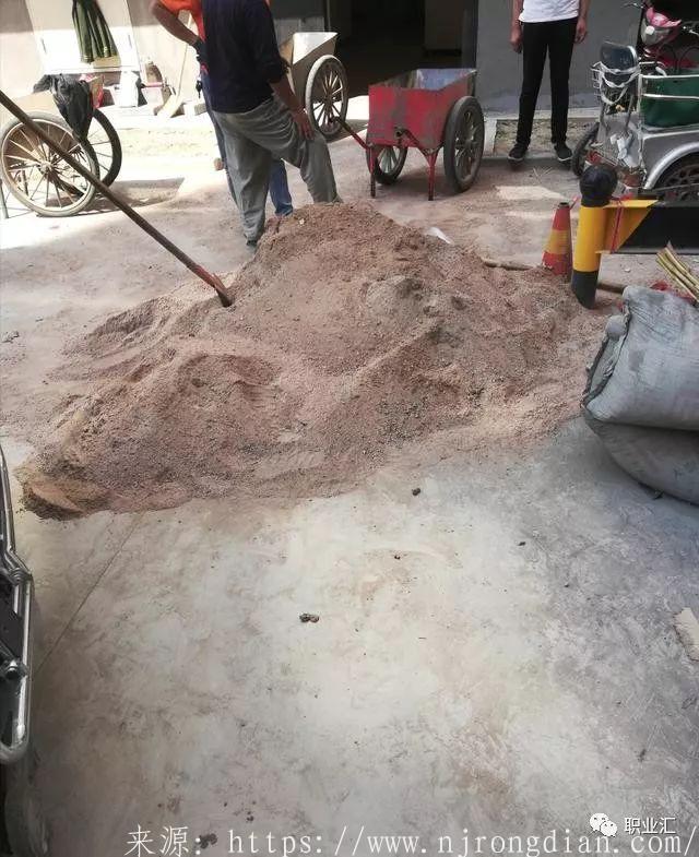 装修公司铺地砖居然用这种沙子,业主看到后坚决要求更换  行业动态  第1张